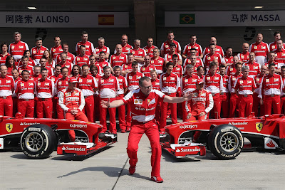 Стефано Доменикали на общей фотографии Ferrari на Гран-при Китая 2013