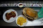 kolacja - ćwiartka kurczaka z rożna z sosem z pomidorów, papryki i oliwek, frytki, chleb. cena 23 dirhamy, czyli ok 10 zł