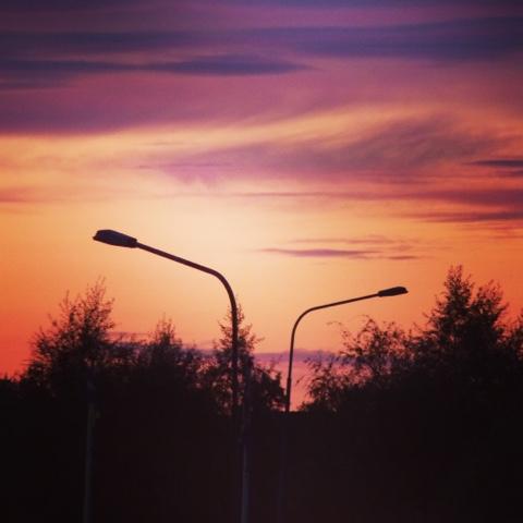 Två lyktstolpar i solnedgång. Foto: Reb Dutius