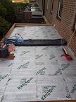 Het plakken van het dak met EPDM.