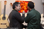 72: Muy original la obra del fotógrafo Tato Baeza. Exposición artística, de materiales y guitarras... colorida y musical.