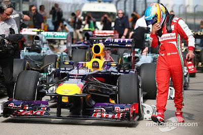 Фернандо Алонсо разглядывает болид Red Bull после квалификации на Гран-при Китая 2013