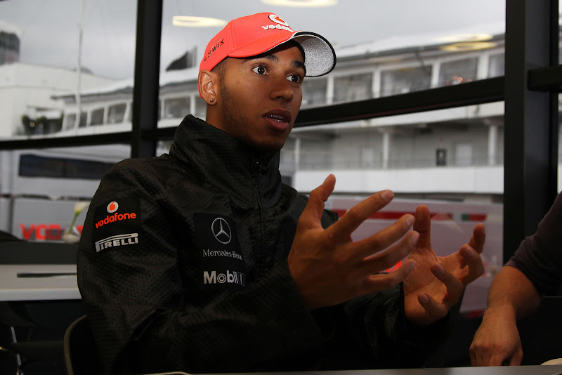 Льюис Хэмилтон дает интервью и жестикулирует на Гран-при Германии 2011