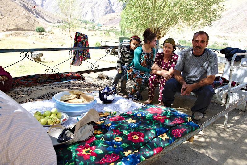 De vorba despre iernile grele din Pamir, in mijlocul verii, cu mere proaspete si ceai in fata.