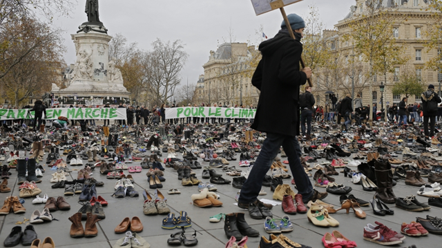 In a bid to circumvent security measures implemented after the November 13 attacks claimed by Daesh/ISIL that took 130 lives, thousands of shoes were placed in sprawling central plaza of Paris to represent citizens urging a climate agreement, 29 November 2015. Photo: Reuters