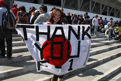 болельщица Сузуки с флагом Thank you F-1 на Гран-при Японии 2011