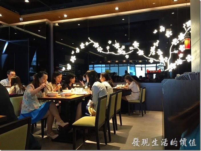 台北南港-朱記‧餡餅粥。朱記南港中信三樓餐廳內的環境。