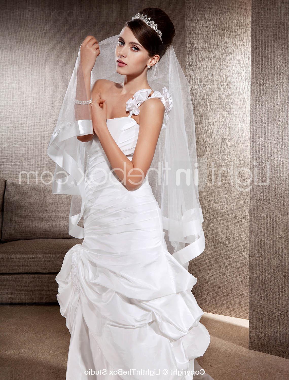 One-tier Fingertip Wedding