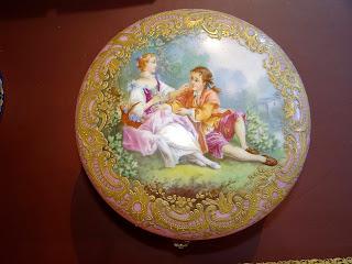 Красивая фарфоровая шкатулка. 19-й век. Ручная роспись, бронза. 20/10 см. 2700 евро.