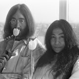 bed-in_for_peace_amsterdam_1969_-_john_lennon__yoko_ono_16.jpg