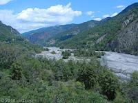Hinter der Schlucht Gorges de Daluis mäandert sie Vars wieder in einem breiten Flußbett in Richtung Entrevaux.