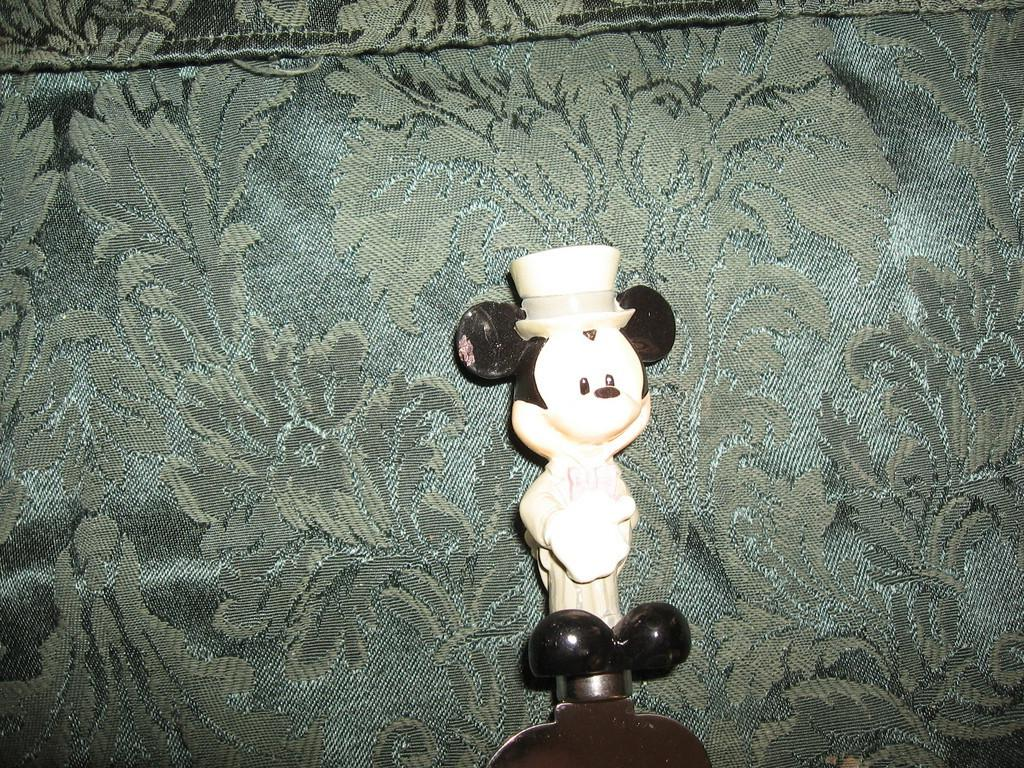Cake serving knife with Mickey