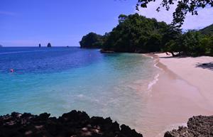 Tempat Wisata Pantai Tiga Warna yang Eksotis