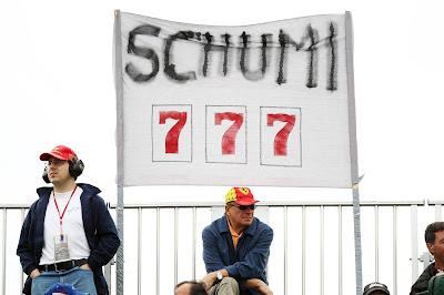 болельщики Михаэля Шумахера с баннером Schumi 777 на Гран-при Канады 2012