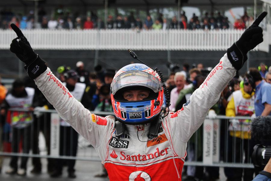 пальцы Дженсона Баттона в небо и радуется победе на Гран-при Канады 2011