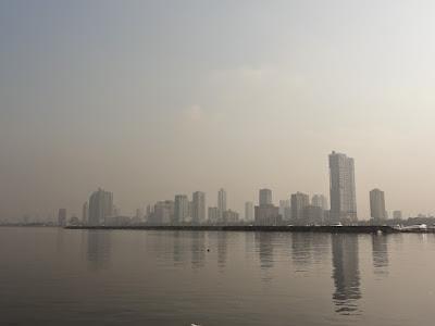 Bilde av skyskrapere bak stille vann.