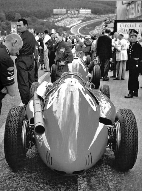 фотошоп Эдриан Ньюи наблюдает за Ferrari 533 черно-белое фото by pinnacle racing
