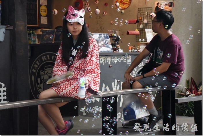 南投妖怪村內會有很多店員裝扮成妖怪的樣子出來遭覽客人上門,這個妹妹手上拿著吹泡泡玩具,超萌的。