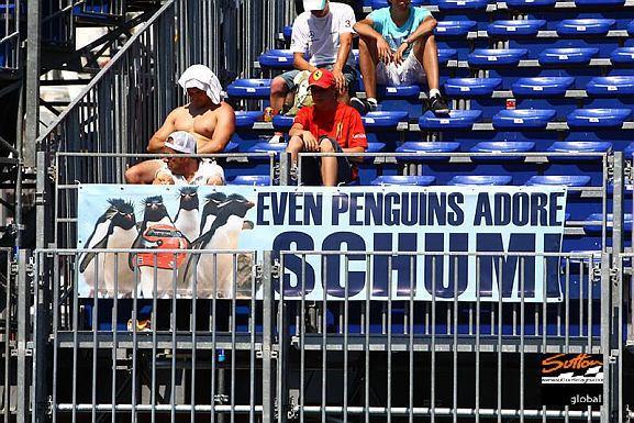 болельщики с плакатом для Михаэля Шумахера на Гран-при Монако 2011