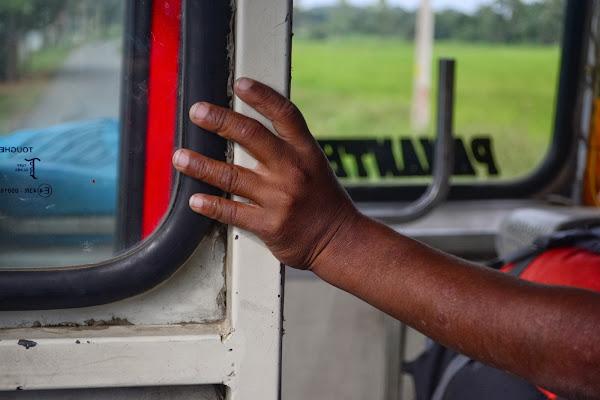 Рука мальчика в автобусе, Шри Ланка