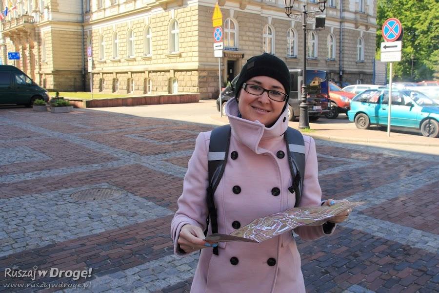 Kasia z mapą w ręku zwiedza Bielsko-Białą
