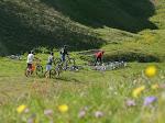 Dépose des vélos au col d'Allos en soirée, ils passeront la nuit à la belle étoile (1 million € en plein air) !