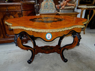 Красивый антикварный стол ок.1880 г. Маркетри с цветочным узором, позолоченный бронзовый декор, фарфоровые медальоны. 135/95/75 см. 3900 евро.