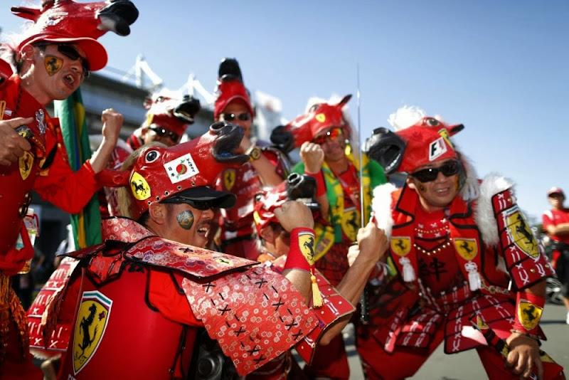 болельщики Ferrari в боевых костюмах на Гран-при Японии 2013
