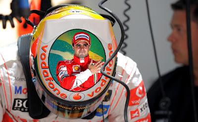 специальный дизайн шлема Льюиса Хэмилтона с изображением Фелипе Массы на Гран-при Индии 2011 via Formula1Humour