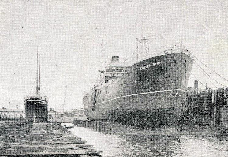 El ARTAGAN-MENDI en el dique flotante y deponente de Barcelona. De la Memoria de la Junta de Obras del Puerto de Barcelona. Años 1.918-1.919.jpg
