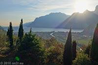 Hoch nach Nago-Torbole. Riva del Garda in der Sonne des Spätnachmitags.