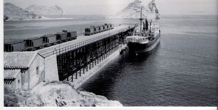 Cargadero de El Hornillo. El CILURNUM atracado para la carga. Cortesia del Sr. Federico Pradas.jpg