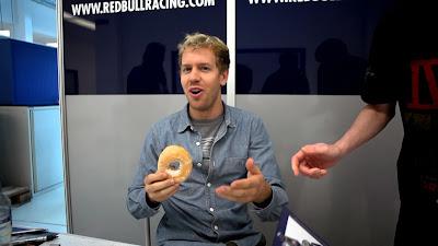 Себастьян Феттель с пончиком на заводе команды в Милтон-Кинс - ноябрь 2013