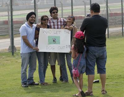 болельщики с плакатом Who let the dog out на Гран-при Индии 2011