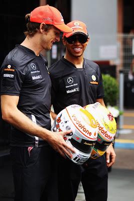 гонщики McLaren демонстрируют шлема с бриллиантами Steinmetz Diamonds прессе
