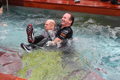 Эдриан Ньюи и Кристиан Хорнер в бассейне Red Bull Energy Station на Гран-при Монако 2012