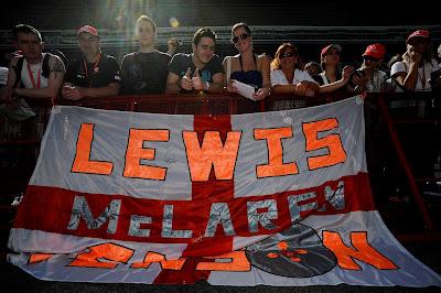 болельщики McLaren с флагом на Гран-при Испании 2012