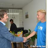 Iwan Kamminga in het zonnetje door wethouder Jaap van Mannekes - Foto's Abel van der Veen