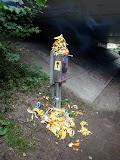 """?""""Bananen-kunstwerk"""" (met dank aan de wandelaars die niet even hun troep bij zich kunnen houden....)."""