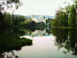 Z řeky je vidět dominanta kláštereckého zámku postaveného mezi  lety 1514 a 1538. Původní stavbou byl panský dům, který byl později rozšířen na zámek. Po požáru v 19. století byl  přestavěn v anglickém pseudogotickém slohu do dnešní podoby.