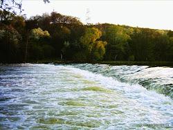 Jez Kadaň I, výška 1,0m. !! pod jezem Balvany. Za středně vysoké a vysoké vody vývar. Nebezpečný jez, přeneste vlevo, nesjíždějte!