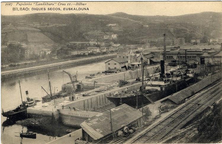 El vapor KATALIÑ atracado en los muelles de los diques de Euskalduna. Foto Flickr. Colección Jordipostals.jpg