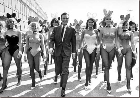 Hugh Hefner e as coelhinhas do Playboy