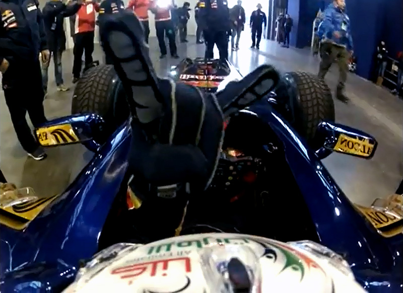 коза от Даниэля Риккардо в болиде Toro Rosso на показательных заездах в Болонье - декабрь 2012