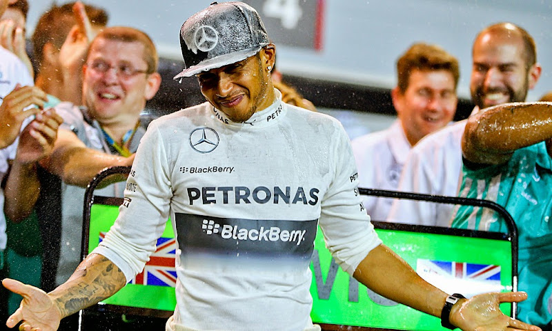 Льюис Хэмилтон празднует победу со своими механиками на Гран-при Бахрейна 2014