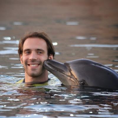 Жан-Эрик Вернь и дельфин на Гран-при Абу-Даби 2013