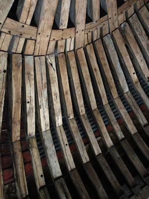 Fentes de retrait sur la croupe de la charpente de l'opéra du Château de Versailles
