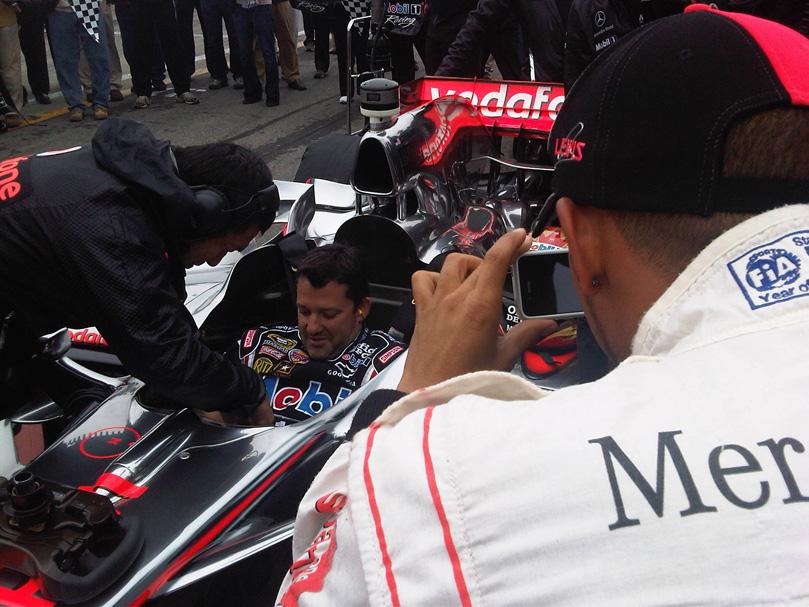 Льюис Хэмилтон фотографирует Тони Стюарта в болиде McLaren в Уоткинс-Глене на Mobil 1 Car Swap 2011