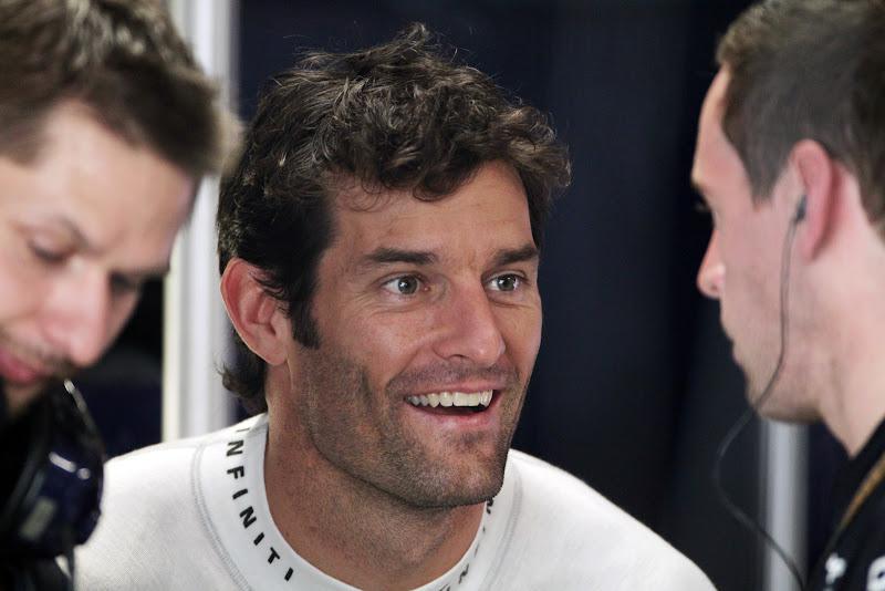Марк Уэббер улыбается с механиками на Гран-при Индии 2011