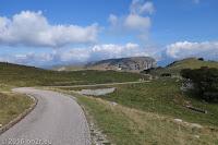 Auf der Brentonico-Hochebene. Kleiner, schmaler und meist illegaler Weg. Fahrverbot von 20°°-6°° und 10°°-16°°.